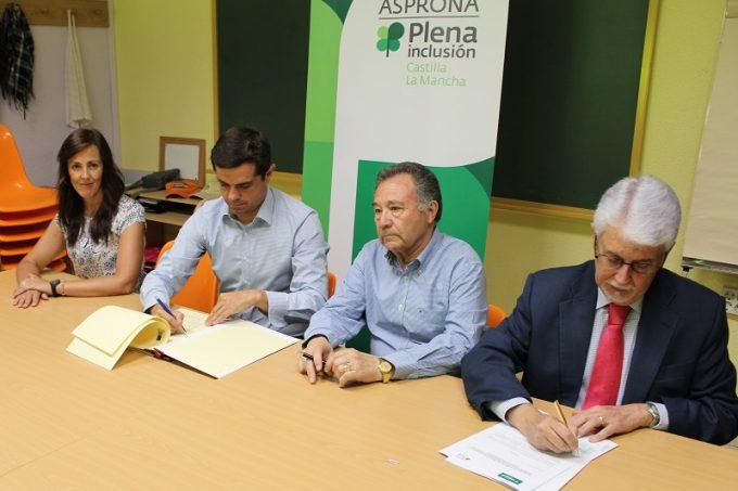 Foto. Javier Cuenca señala que la sensibilidad con las personas con discapacidad está a la cabeza de las prioridades del Ayuntamiento de Albacete. 060716 (3)