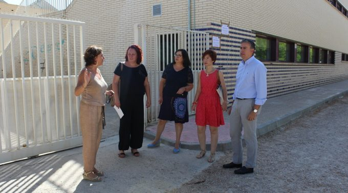 """Foto. El Ayuntamiento de Albacete atenderá a la """"reivindicación histórica"""" del Colegio Público Gloria Fuertes arreglando el acceso al centro. 060916"""