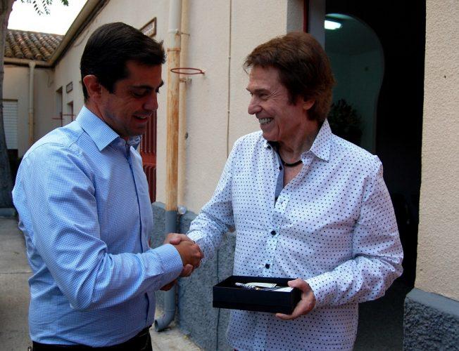 Foto.Javier Cuenca con el cantante Raphael.1-9-16