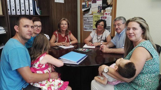 Los padres de Nono reunidos con las diputadas pronciales Nieves García, Victoria Delicado y la autora del cuento Rocío Ortiz