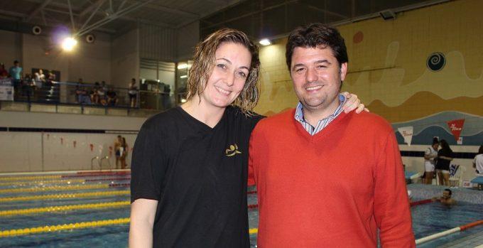 foto-francisco-navarro-junto-a-soraya-perez-presidenta-del-club-de-natacion-master-de-albacete-19-11-16