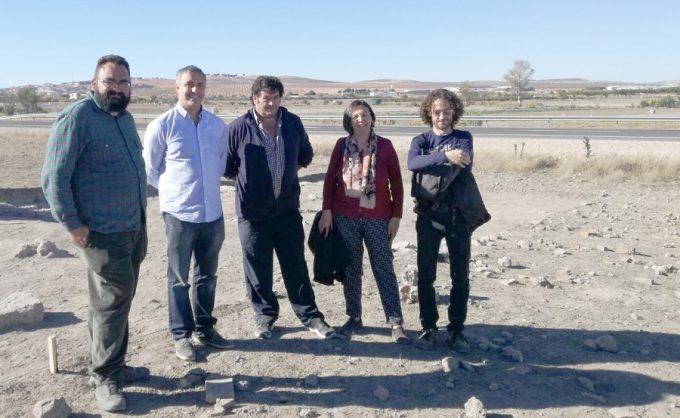 jose-ignacio-diaz-claudio-simon-y-victoria-delicaso-en-la-visita-al-yacimiento-arqueologico-en-balazote