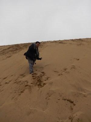 Mendaki bukit pasir...