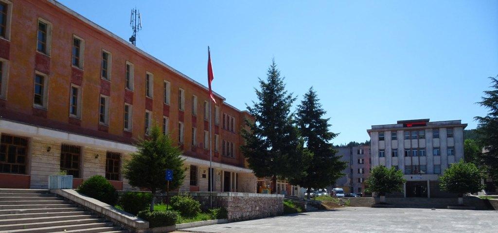 Le Palais de la Culture (à gauche) et la mairie de Puka (à droite).
