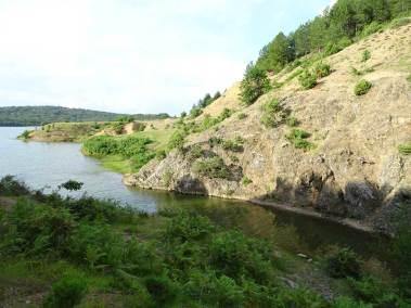 Vue d'une petite crique dans la partie orientale du lac majeur de Puka.