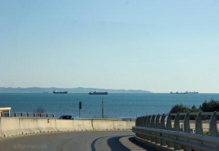 Ende der Autobahn in Durrës kurz vor dem Meer