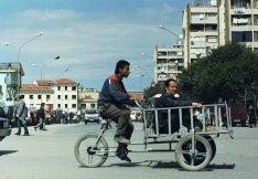 Verkehrsteilnehmer in Tirana (Jahr 2000)
