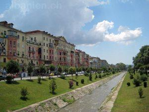 Farbige Häuser an der Lana –Tirana