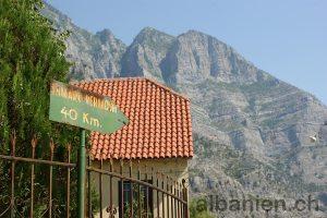 Wegweiser nach Vermosh in Tamara (Albanien)