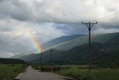 Noch nicht erneuerte Landstrasse in Südalbanien bei Përmet