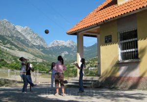 Boga (Albanien): Kinder spiele Volleyball bei der Schule