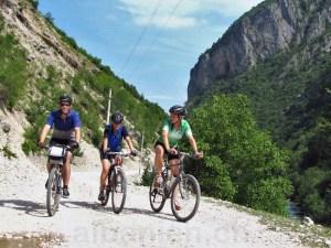 Fahrradfahrer im Valbona-Tal, Albanische Alpen