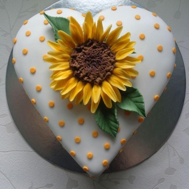 Sunflower Birthday Cake Sunflower Heart Cake Zoe Robinson Cakes Cake Decorating