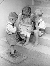 3-kinder-auf-treppe-wal-pos
