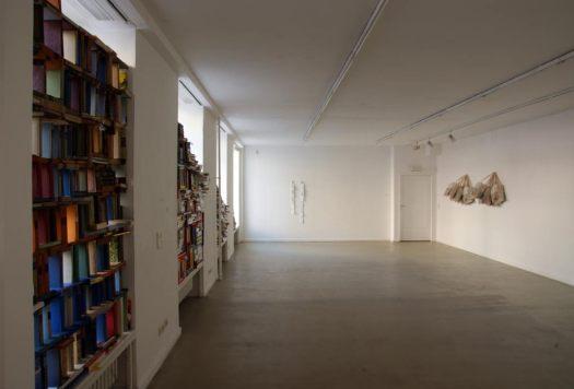 Albert Coers: Biblioteca privata R.F.H., C.G.E.B., A.J.C. 2012 (links), Biblioteca vitale, 2011 (Mitte), Biblioteca pendente 2011 (rechts)