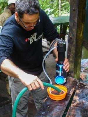 Filtrando agua en Simpona Camp, Marojejy, Madagascar