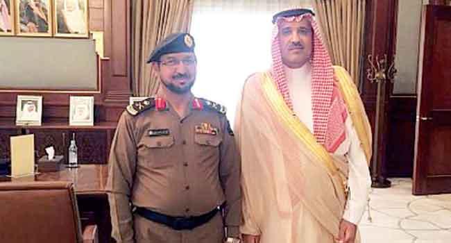 أمير المدينة يقلد مدير الدفاع المدني رتبته الجديدة - صحيفة البلاد