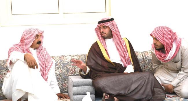 الأمير سعود بن جلوي يعزي ذوي الشهيد الزهراني
