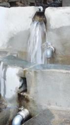 l'eau ricoche sur la buse