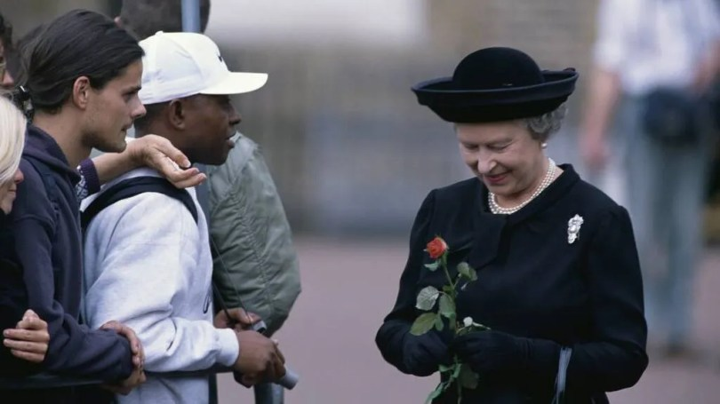 Elizabeth II bowed as Lady Di's coffin passed by.