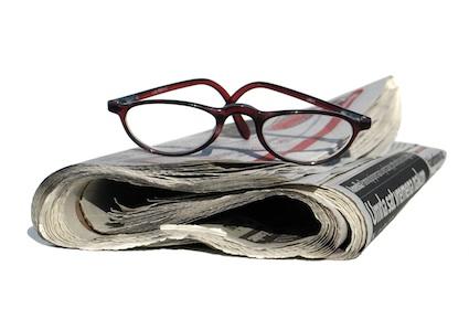 Al cabo de la calle periodico y gafas