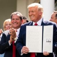 Trump firma Orden Ejecutiva para apoyar a los hispanos
