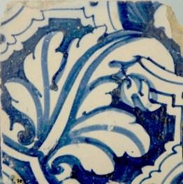 Azulejo con motivos de acanto atribuido a Juan Fernández. Museo de azulejos del Real Alcázar, siglo XVII