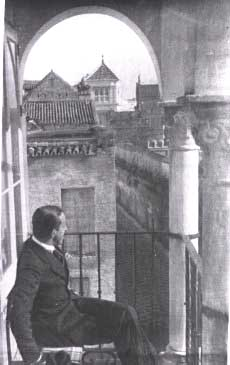 Alfonso XIII contempla el Real Alcázar de Sevilla desde Hospederías Santa Cruz.
