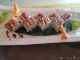 Tataki Roll: Tempura di gamberone, cream cheese, ventresca flambù