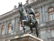 """Estatua ecuestre de Carlos IV, de Manuel Tolsá ubicada en la plaza mayor de la ciudad de México, actualmente conocida como """"El caballito"""", fue removida de la plaza mayor en 1822."""