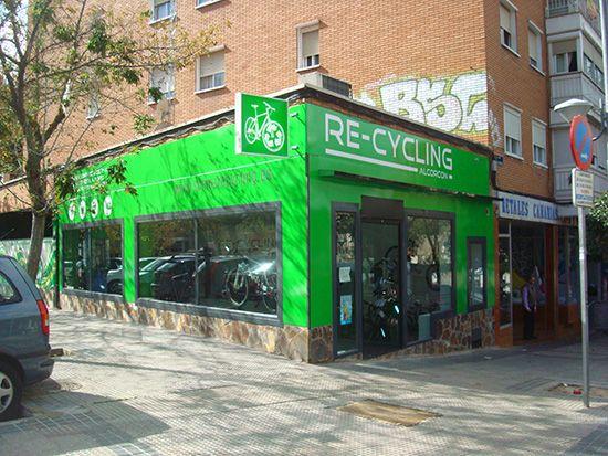 Eduardo y Alfredo de Re-Cycling Alcorcón en C/ Valladolid 1 disponen de bicis de segunda mano totalmente revisadas con su taller propio