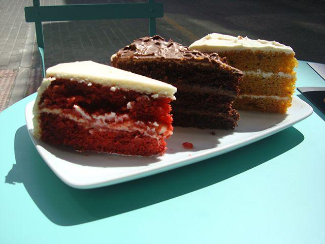 De 16:00 a 20:30 en local y terraza: Porción tarta de zanahoria o red velvet o triple chocolate + café por 3€.