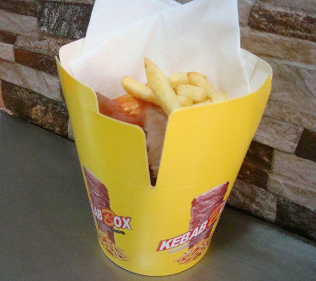 Salchipapas box XXL por 3,50€ y alitas de pollo box XXL por4,00€. Ambos con patatas y bebida.