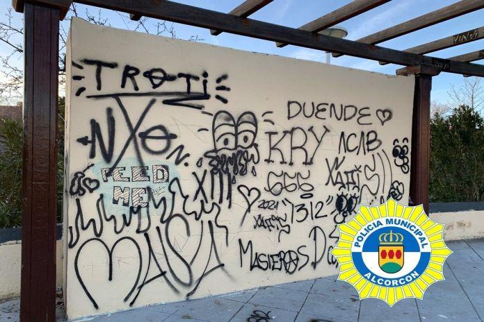 Denuncian a un grupo de jóvenes por tenencia de drogas y grafitis en Alcorcón