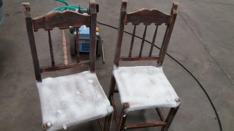 comensaremos a darle una nueva vida a estas sillas viejas donde le daremos un tratamiento de limpieza a las cuerdas de la base y repararemos la palilleria de los respaldos .