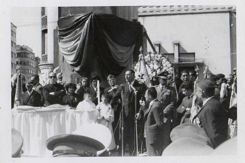 René Barrientos durante un evento cívico religioso al pie del Obelisco en la ciudad de La Paz, Bolivia, segunda mitad del sXX
