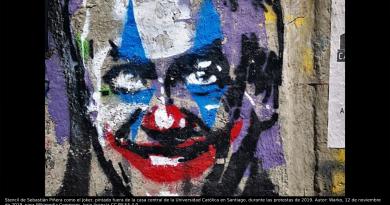 Stencil de Sebastián Piñera como el Joker, pintado fuera de la casa central de la Universidad Católica en Santiago, durante las protestas de 2019. Autor: Warko, 12 de noviembre de 2019, para Wikimedia Commons, bajo licencia CC BY-SA 4.0