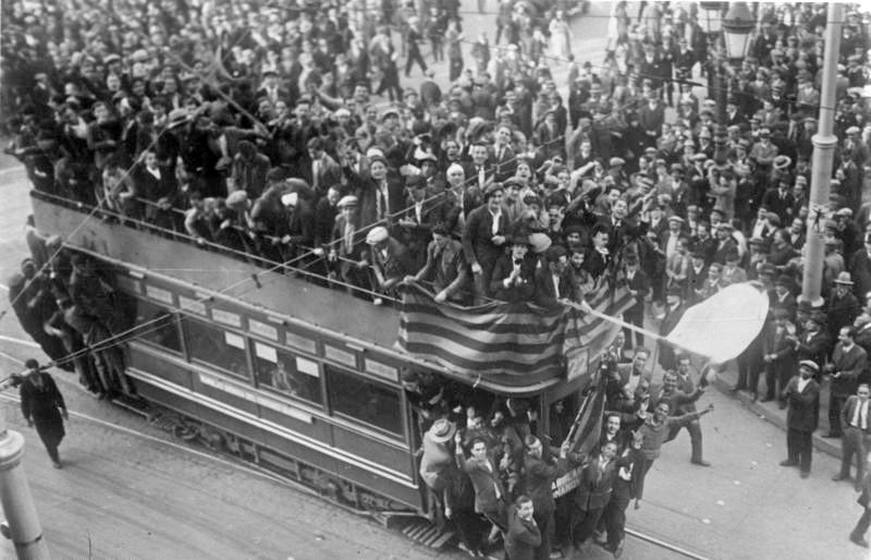 Celebraciones de la proclamación de la Segunda República Española enBarcelona,1931, extraído de los archivos federales de Alemania.
