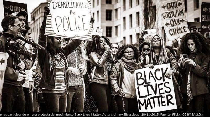 óvenes participando en una protesta del movimiento Black Lives Matter. Autor: Johnny Silvercloud, 10/11/2015. Fuente: Flickr. (CC BY-SA 2.0.).
