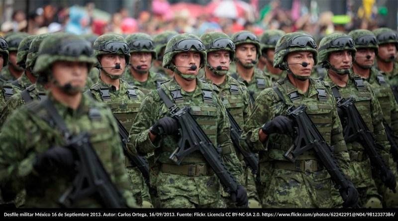 Desfile militar México 16 de Septiembre 2013. Autor: Carlos Ortega, 16/09/2013. Fuente: Flickr. Licencia CC BY-NC-SA 2.0. https://www.flickr.com/photos/62242291@N04/9812337384/