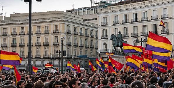 Manifestación pidiendo un referéndum por la III República en la Puerta del Sol. Autor: Barcex. Fecha: 2 de Junio de 2014, 21:02:31 Fuente: Wikipedia, bajo licencia CC BY-SA 3.0