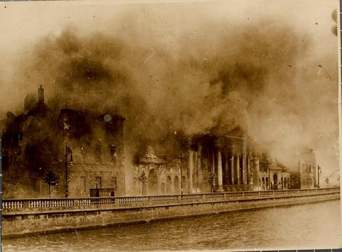 El edificio Four Courts de Dublín, Irlanda, bombardeado durante la Guerra Civil irlandesa cuando fue tomaba por las fuerzas militares contrarias al Tratado anglo-irlandés. Autor: National Library of Ireland on The Commons, 30/06/1922. Fuente: Flickr. Dominio público.