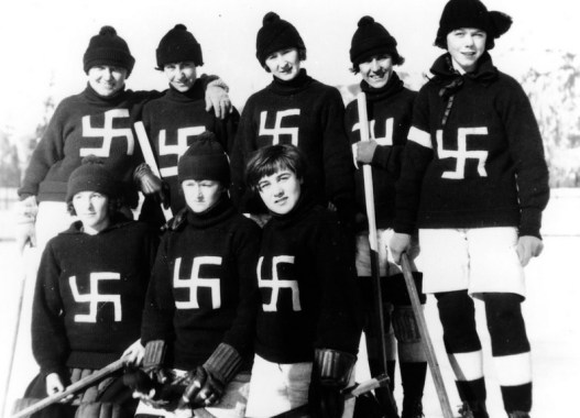 Equipo de Hockey femenino The Fernie Swastikas. Autor: Fernie, 1922. Fuente: Flickr. (CC BY-SA 2.0.)