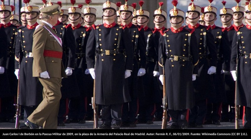 El rey Juan Carlos I de Borbón en la Pascua Militar de 2009, en la plaza de la Armería del Palacio Real de Madrid. Autor: Fermín R. F., 06/01/2009. Fuente: Wikimedia Commons (CC BY 2.0.).