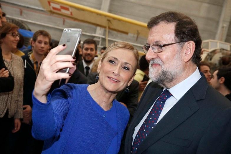 Cristina Cifuentes con el expresidente Mariano Rajoy, en el Centro Integrado de Formación Profesional 'Profesor Raúl Vázquez'. Autora: Cristina Cifuentes, 28/01/2016. Fuente: Flickr  (CC BY2.0.)