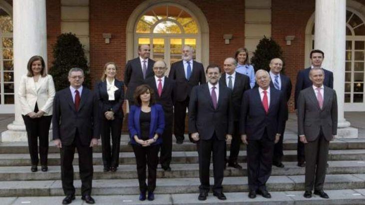 El primer gabinete de Mariano Rajoy, con Fernández Díaz y Soraya Sáenz de Santamaría, cuando Bárcenas era tesorero del Partido Popular. Autor y fuente: elDiario.es.