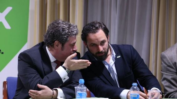 José María Llanos y Santiago Abascal en un acto de Vox, uno de tantos cargos con causas legales. Autor: eldiario.es Fuente: eldiario.es