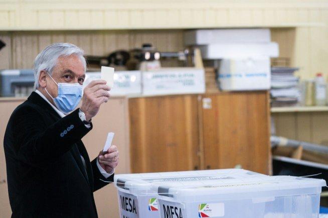 Sebastián Piñera, presidente de Chile, votando en el plebiscito. Autor: Sebastián Piñera. Fuente: Cuenta de Twitter @sebastianpinera