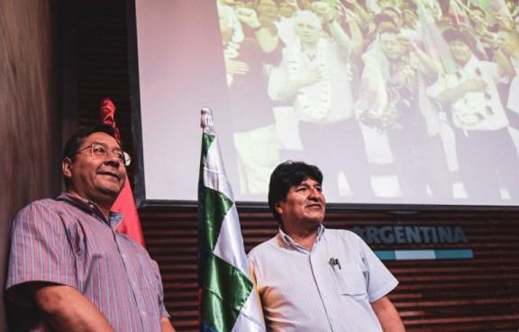 El candidato a la presidencia de Bolivia por el MAS, Luis Arce, al lado de Evo Morales. Autor: Brasil de Fato, 27/01/2020. Fuente: Flickr. (CC BY-NC-SA 2.0).
