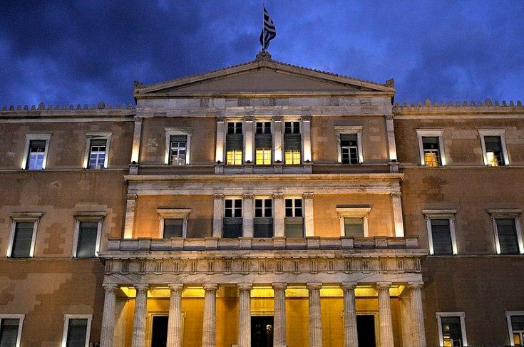 Parte de la fachada del Parlamento griego. Autor: LBM1948, 09/04/2013. Fuente: Wikimedia Commons. (CC BY-SA 4.0).